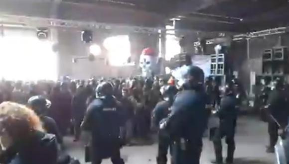 Los organizadores de la fiesta ilegal en  Llinars del Vallès, Barcelona (España) querían alargarla hasta el lunes 4 de enero. (Captura de video/Twitter).