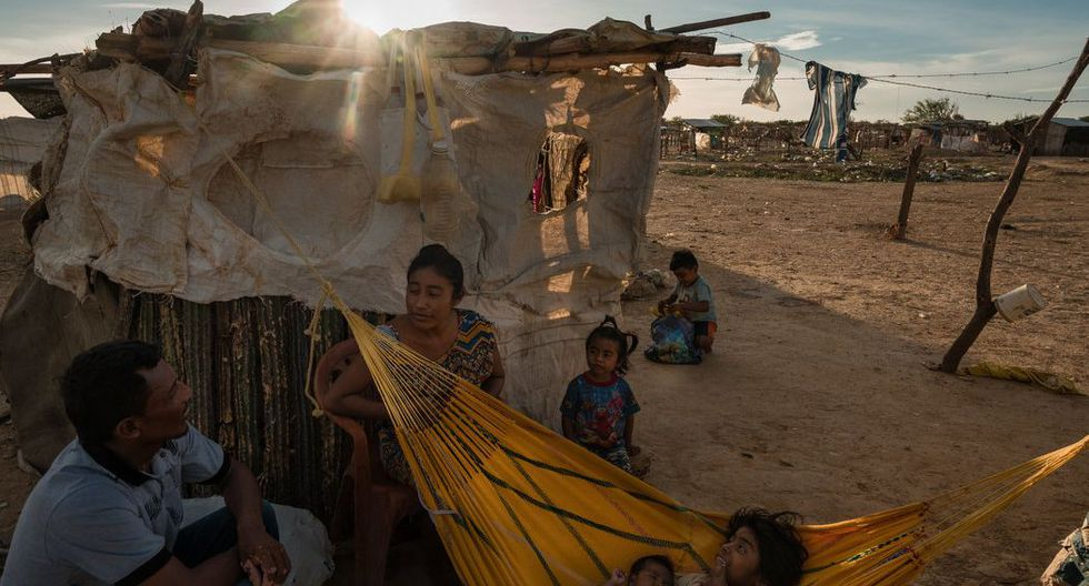 Diseida Atensio, quien es venezolana, descansa con su familia en un campamento ubicado en un territorio en disputa. Foto: (Adriana Loureiro Fernández para The New York Times).