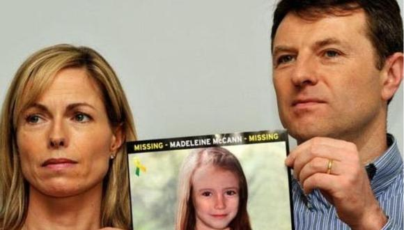 Los padres de Madeleine McCann sostienen una foto de cómo se hubiera visto su hija en 2012.