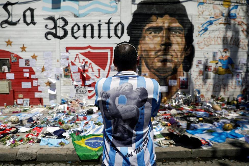 Un hombre lamenta la muerte de la leyenda del fútbol Diego Armando Maradona, afuera del estadio de Argentinos Juniors en Buenos Aires, Argentina. (REUTERS/Ricardo Moraes).