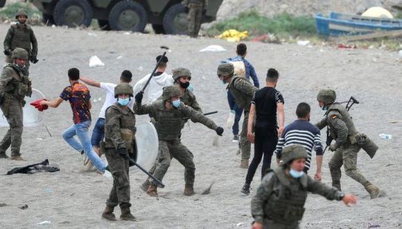 Las autoridades de España desplegaron a soldados para tratar de contener la llegada de migrantes a Ceuta. (Reuters).