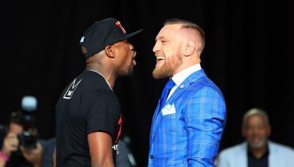 Floyd Mayweather golpea a McGregor tras su derrota en la UFC (Foto: AFP)