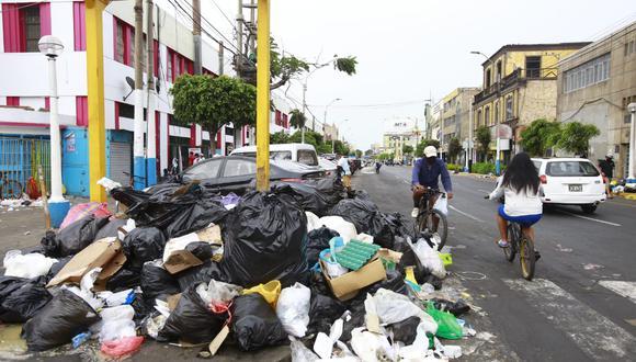 Cúmulos de  basura se observan en las calle del Callao. ( Jessica Vicente/ @photo.ge)