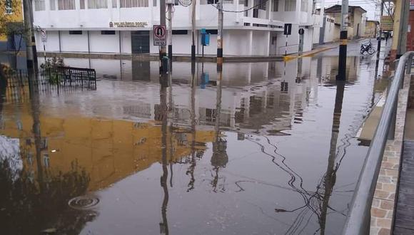 Fuerte precipitación terminó por inundar las calles de la ciudad de Piura. (Foto: @billybillyoh /Twitter)