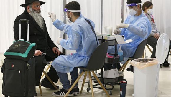 Un viajero es sometido a la prueba de coronavirus en el aeropuerto Ben Gurion de Israel el 8 de marzo de 2021, a su llegada desde Nueva York. (Foto de JACK GUEZ / AFP).