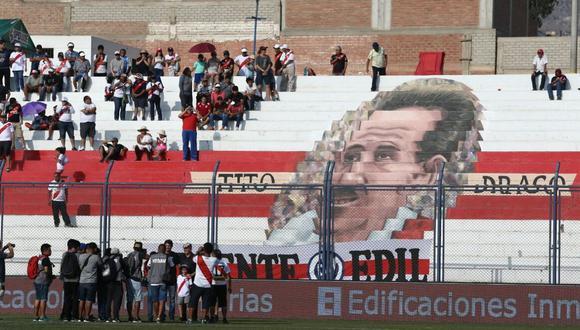 Deportivo Municipal le rindió homenaje a 'Tito' Drago con su imagen en la tribuna. (FOTO: Jesús Saucedo)