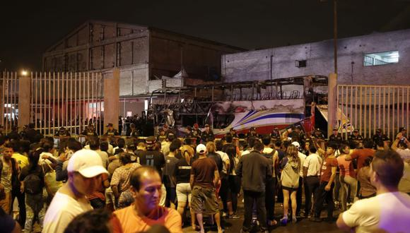 Inversiones Sajy se pronunció sobre el incendio del ómnibus interprovincialen el paradero informal de la urbanización Fiori, en San Martín de Porres(Foto: Renzo Salazar)