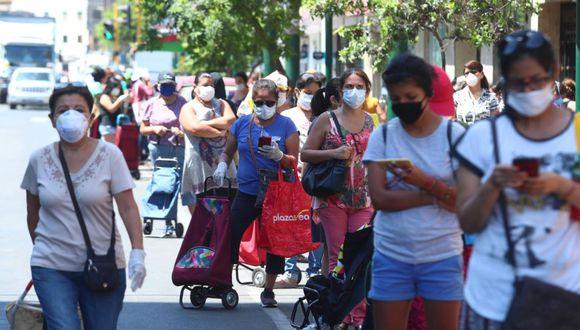 Ayer hubo gran afluencia de mujeres en los exteriores de supermercados y mercados en el distrito de Jesús María. (Alessandro Currarino / GEC)