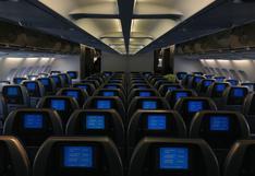 Trabajador ingresa a un avión a oscuras y se lleva el susto de su vida al toparse con extraña silueta