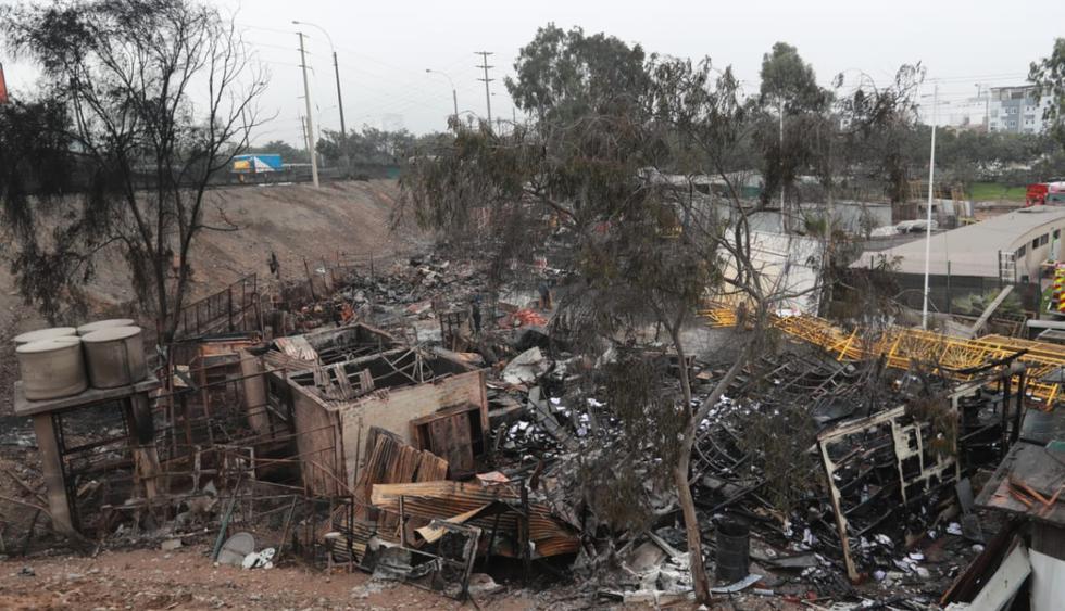 Incendio se inició minutos antes de las 5 de la mañana. Más de 10 unidades de bomberos atendieron la emergencia. (Foto: Lino Chipana / El Comercio)