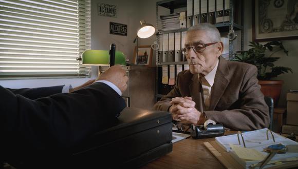 Sergio es contratado para trabajar como un agente encubierto en una misión dentro de un geriátrico de Chile. (Foto: Difusión)