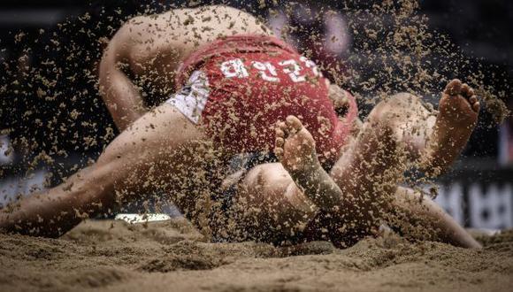 Luchadores de ssireum compiten durante la ronda clasificatoria de 80 kg del Festival de Ssireum de Korea Open en Andong. (Foto: AFP)