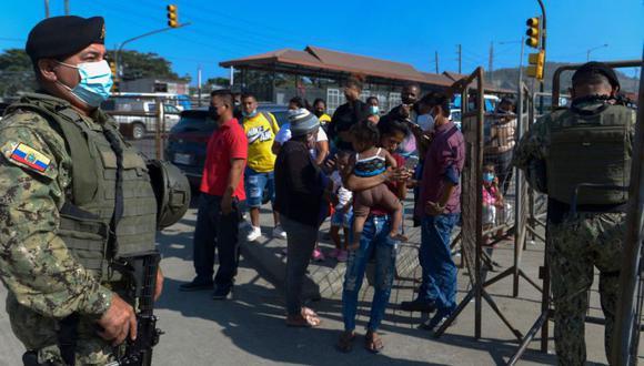 Los soldados montan guardia afuera de la prisión en Guayaquil, Ecuador, luego de que ocurriera un motín. Los disturbios en dos cárceles en Ecuador el miércoles dejaron 21 muertos, dijeron las autoridades. (Foto: Marcos Pin / AFP).
