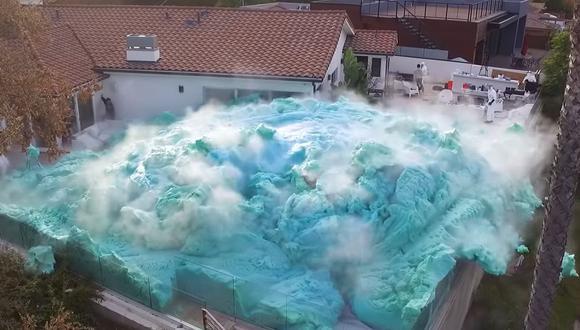 Esta es la explosión de espuma que se realizó en la casa de un conocido 'youtuber' como parte de un experimento | Foto: Captura de video / Nick Uhas