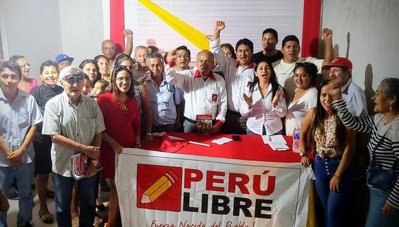La nueva jefa de Provías (vestida de rojo) es una abogada exmilitante de Perú Libre. (Foto: Facebook Natalia Jimenez  )