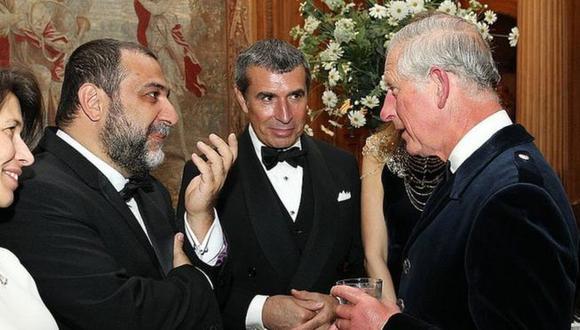 El armenio ruso Ruben Vardanyan, a la izquierda, saludando al príncipe Carlos durante una recepción en Dumfries House.