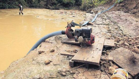 Diversas actividades de la minería ilegal requieren de combustible. (Foto: El Comercio)