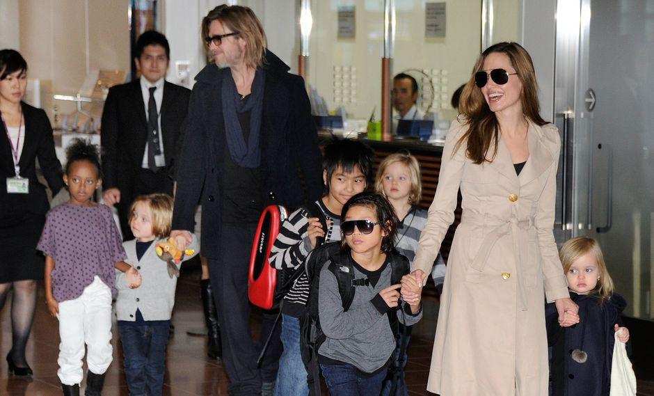 Brad Pitt, Angelina Jolie y sus hijos, cuando eran una familia feliz en 2011 (Foto: AFP)