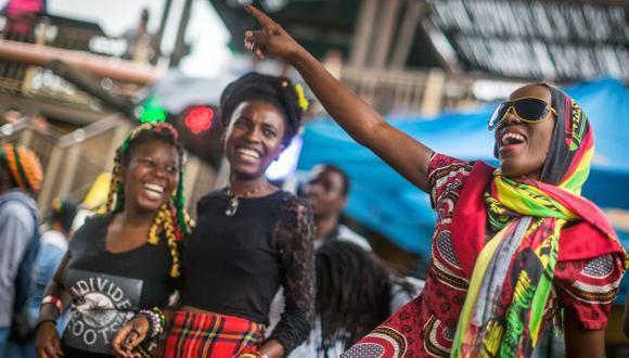 Los fanáticos de Rastafari Reggae se reúnen al inicio del Festival Bob Earth de Earthday y la Feria de Rasta en South Beach en Durban. (Foto: AFP)