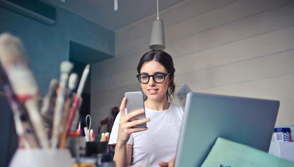 La luz de la laptop o de tu smartphone puede generar estragos en la piel. (Foto: Andrea Piacquadio en Pexels)