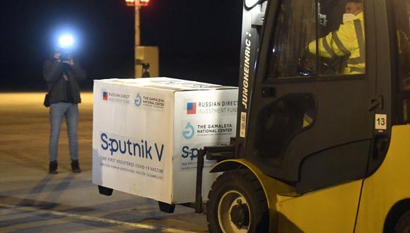 La vacuna rusa contra el coronavirus Sputnik V llega al aeropuerto de Kosice, Eslovaquia, el lunes 1 de marzo de 2021. (Frantisek Ivan/TASR/AP).