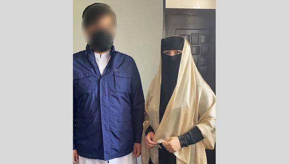 Shukria Barakzai y su esposo se cubrieron las caras antes de marchar al aeropuerto de Kabul. (Shukria Barakzai).