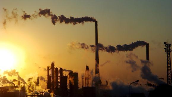 Fotografía de archivo que muestra el humo emitido desde las torres de una planta química en Tiajin (China). (EFE)
