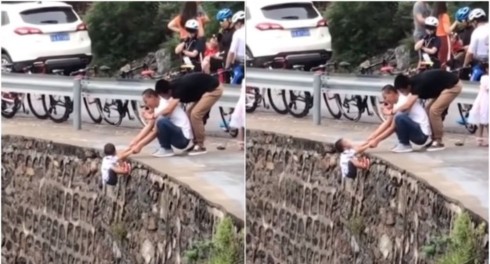 FOTO 1 de 3 | El video difundido en Internet deja ver que el sujeto dejó colgando al menor sobre el acantilado sosteniéndolo con las manos. | Foto: Captura/hasini news (Desliza a la izquierda para ver más fotos)