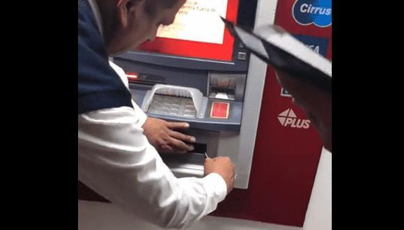 Los ladrones colocaron una regla metálica para que el cajero no entregue el dinero. (Foto: captura)