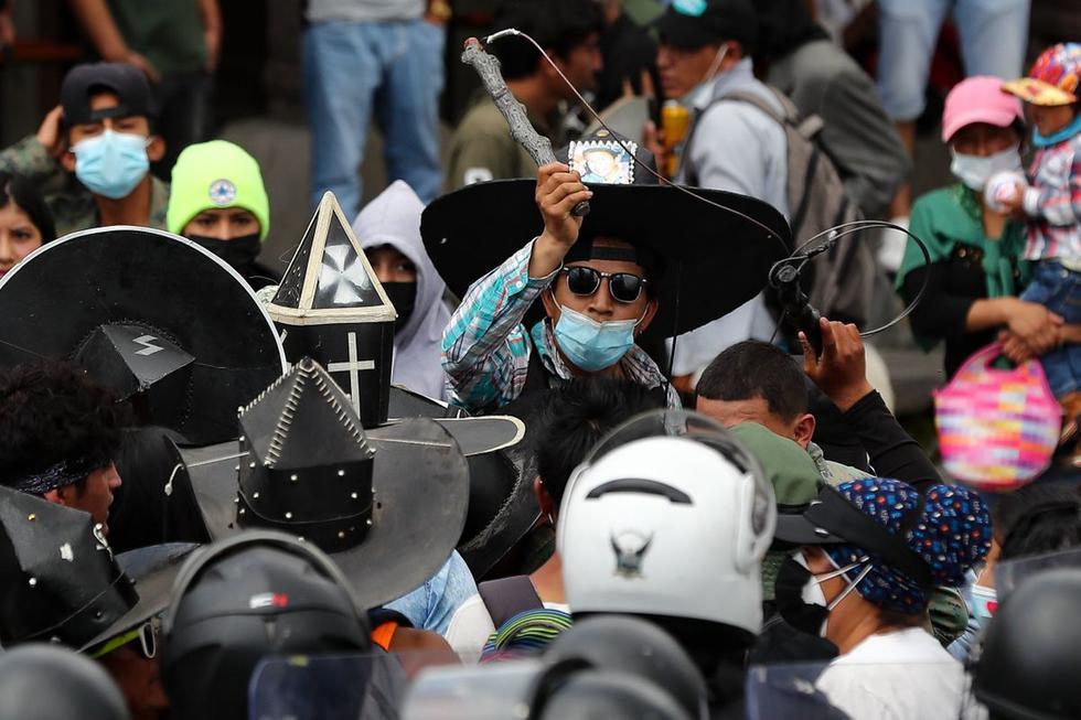 Unos 2.000 miembros de las comunidades rurales de Cotacachi, en el norte andino de Ecuador, rompieron las severas restricciones vigentes por la pandemia de coronavirus y participaron de la celebración del Inti Raymi. (Texto y foto: EFE).