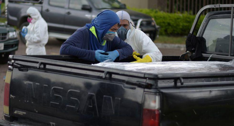 Coronavirus en Ecuador   Ultimas noticias   Último minuto: reporte de infectados y muertos martes 7 de abril del 2020   Covid-19   Un hombre llora junto a un ataúd en una camioneta afuera de un cementerio, durante el brote del coronavirus en Guayaquil. (Foto: Reuters/Vicente Gaibor del Pino).