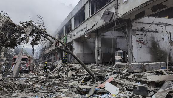 Cuerpos de rescate buscan víctimas en un edificio dañado por la explosión de una tubería de gas que dejó al menos 25 muertos y casi 140 heridos en Shiyan, en la provincia de Hubei, en el centro de China. (Foto por - / CNS / AFP).
