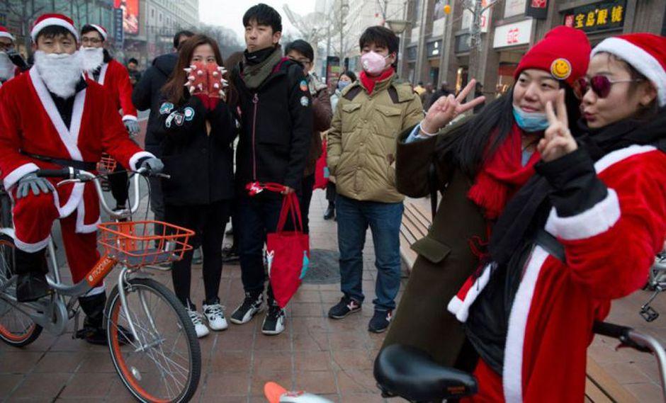 La Navidad sigue siendo una celebración de compras en China pese a las medidas aplicadas por el mandatario Xi Jinping.(Foto: AP)