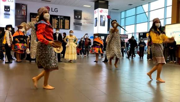 La presentación de danzas, como la marinera, el huaylas o la Anaconda, es una tradición que el principal terminal aéreo del país ofrece por Fiestas Patrias. (Foto: captura de video de LAP)