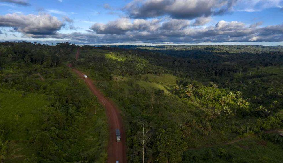 Vista aérea de la carretera Transamazonica cerca de Medicilandia, estado de Pará, que muestra la deforestación de la Amazonía. (Foto: AFP)