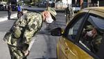 Un militar controla un vehículo autorizado para circular en Asunción durante un bloqueo total contra la propagación del nuevo coronavirus. Imagen del 7 de abril de 2020. (NORBERTO DUARTE / AFP).