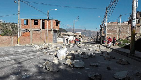 Piquetes de manifestantes se desplazan por las principales vías de la ciudad de Andahuaylas desde el 14 de junio. Las calles están llenas de piedras, palos y basura. (Foto: Milqueades Pérez)