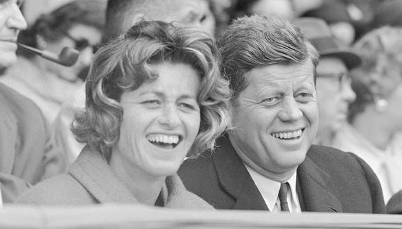 Esta foto del 10 de abril de 1961 muestra a John F. Kennedy y su hermana Jean Kennedy Smith durante un partido de béisbol el día de la inauguración del estadio Griffith en Washington. (Foto: AP)