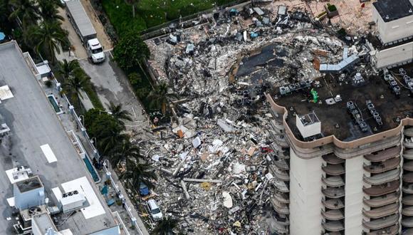 Esta vista aérea muestra al personal de búsqueda y rescate trabajando en el lugar después del colapso parcial de Champlain Towers South en Surfside, al norte de Miami Beach. (Foto: AFP / CHANDAN KHANNA).