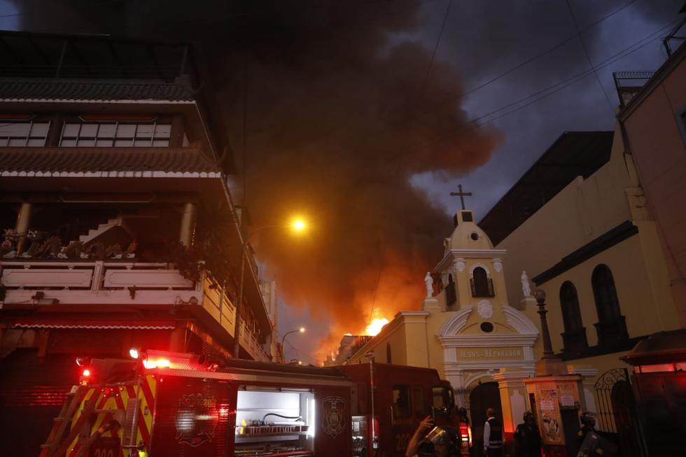 Un incendio de grandes proporciones se registra en un almacén de Mesa Redonda. (Fotos: José Rojas / GEC)
