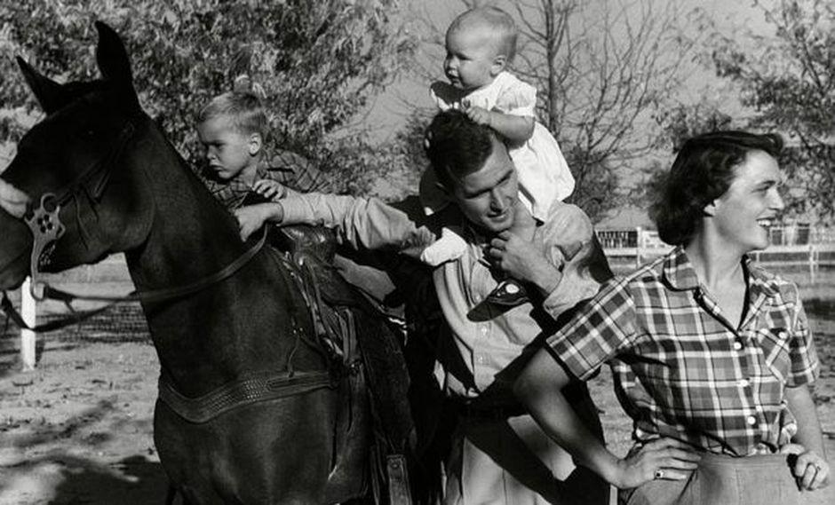 Además de Robin (en la foto, a los hombres de su padre), los Bush en ese entonces tenían cuatro hijos, todos varones. Foto: Getty images, vía BBC Mundo