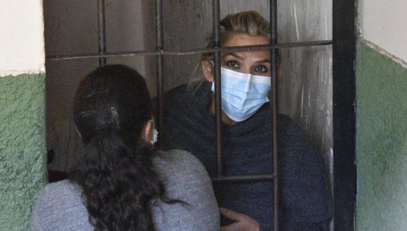 La expresidenta interina de Bolivia Jeanine Áñez se asoma desde las celdas de la Fuerza Especial de Lucha Contra el Crimen (FELCC) en La Paz (Bolivia). (Foto: EFE/ Stringer/ archivo).