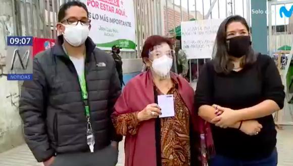 Margarita Moreno, de 72 años, acudió a vacunarse junto a su hija en Santa Anita, pero casi le aplican una jeringa vacía. (Foto: Captura Canal n)
