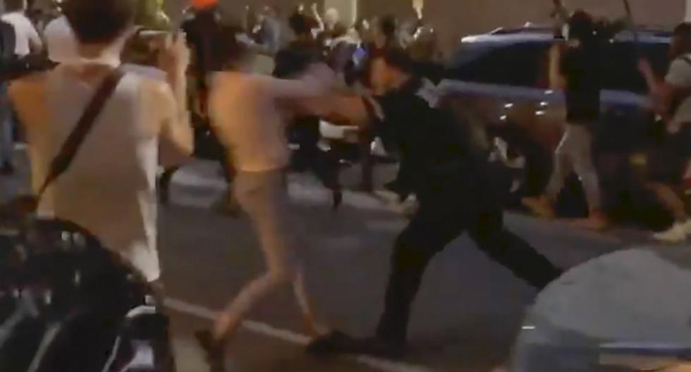 En esta foto del 29 de mayo de 2020 tomada de un video, el oficial de policía de Nueva York Vincent D'Andraia, a la derecha, empuja a la manifestante Dounya Zayer en Brooklyn. (Whitney Hu/AP).