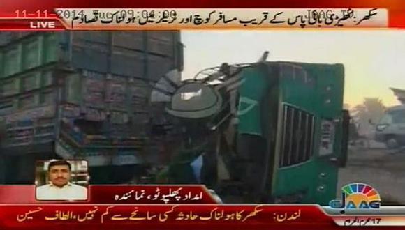 Pakistán: Choque de autobús con camión deja 54 muertos