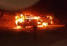 Bus que trasladaba a 35 pasajeros fue consumido por incendio [FOTOS]