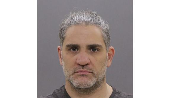 Esta foto entregada por el FBI muestra a Dominic Pezzola, uno de los integrantes de Proud Boys que asaltó el Capitolio de Estados Unidos. (FBI vía AP).