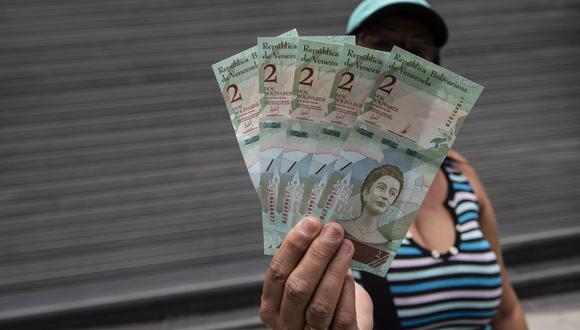 Algunos trabajadores se llegaron a quejar de la medida de pago semanal del salario en Venezuela, cuyo mínimo es de 1.800 bolívares (US$22 según la tasa oficial). (Referencial Bloomberg)