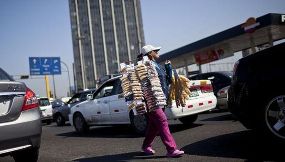 """Ante la falta de trabajo, muchos crean su propio empleo, aunque sea informal. En Perú le llaman """"recurseo"""" y en Colombia, """"rebusque"""". (Foto: BBC Mundo/Ernesto Benavides)"""