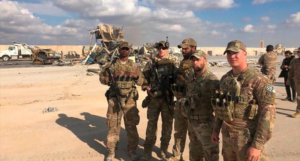 Esta imagen del 13 de enero del 2020 muestra a soldados de Estados Unidos parados frente al lugar en el que cayeron bombas lanzadas por Irán en la base de Ain Al Asad. (Foto: AP)